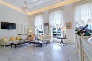 A seating area at Hotel De Paris Sanremo