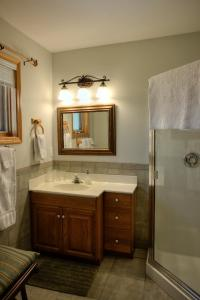 A bathroom at Hummingbird Bed and Breakfast
