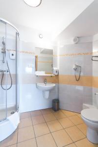 A bathroom at Quality Silesian Hotel