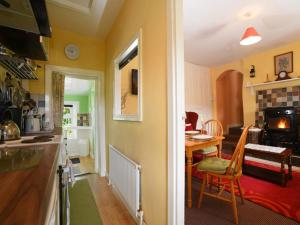 A kitchen or kitchenette at Kerrigan's Cottage