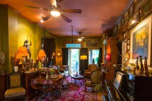 A restaurant or other place to eat at Russell Manor Bed & Breakfast