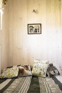 A bed or beds in a room at Stajnia Zamczysk