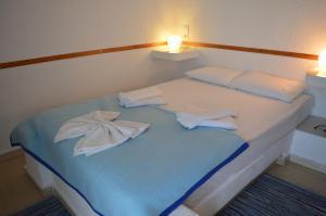 Кровать или кровати в номере Mantraki Hotel Apartments
