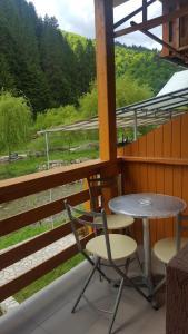 Un balcon sau o terasă la Hostel Voineasa