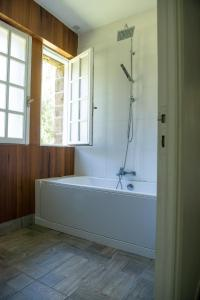 A bathroom at Les écureuils