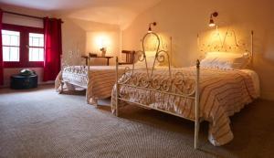 Un ou plusieurs lits dans un hébergement de l'établissement Hotel Restaurant des Deux Rocs