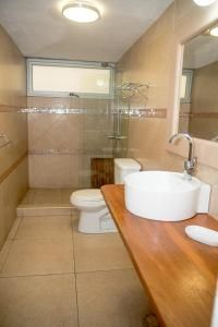 A bathroom at Allamanda Hotel