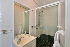 A bathroom at JoeAnne at Blue Bay Absolute Beachfront