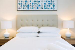 A bed or beds in a room at Pure Kirra