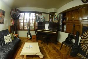La sala de estar o bar de Hostel de Los Artistas