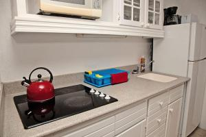 A kitchen or kitchenette at Tropical Sunset Beach Apartment Hotel