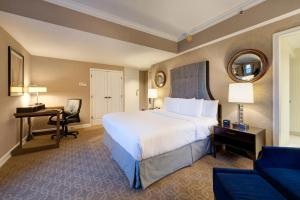 A bed or beds in a room at Hilton Milwaukee City Center