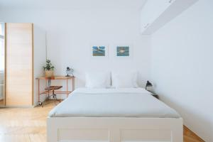 A bed or beds in a room at Perfect Days Apartments