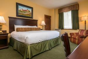 A bed or beds in a room at Missouri Athletic Club