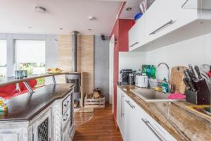 A kitchen or kitchenette at Hausboot DeLuxe