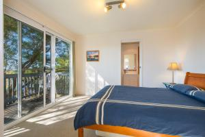 A bed or beds in a room at Breeze in Mollymook Beach