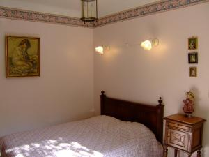 A bed or beds in a room at La Trentaine