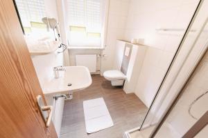Ein Badezimmer in der Unterkunft Gasthof Metzgerei Linsmeier