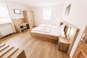 Ein Bett oder Betten in einem Zimmer der Unterkunft Gasthof Metzgerei Linsmeier
