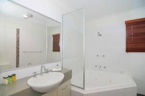 A bathroom at Kiama Harbour Cabins