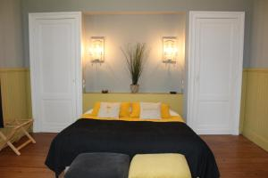 A bed or beds in a room at Parenthese Cestas