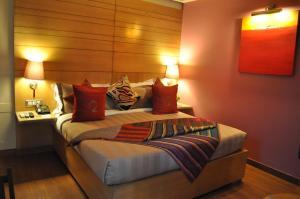 Кровать или кровати в номере juSTa Panchsheel Park