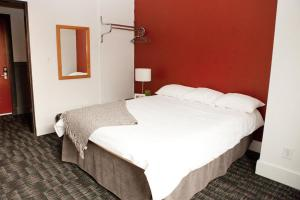 A bed or beds in a room at HI Vancouver Central
