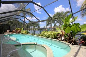 Der Swimmingpool an oder in der Nähe von Waterfront Villa ID2621