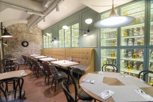 Petit Palace Boqueria Garden tesisinde bir restoran veya yemek mekanı