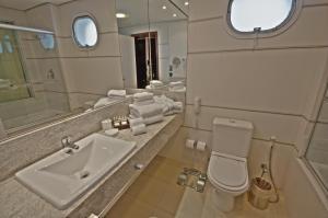 Um banheiro em Parque Balneário Santos by Atlantica Hotels