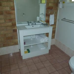 A bathroom at Lismore Wilson Motel