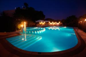 Majoituspaikassa Pergamos Village tai sen lähellä sijaitseva uima-allas