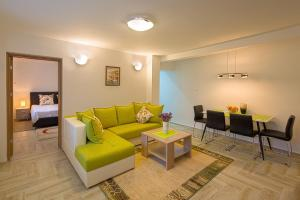 A seating area at Apartment Mistovic