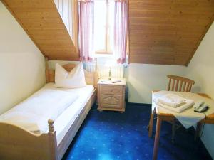 A bed or beds in a room at Landgasthof Nagerl