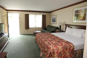A bed or beds in a room at Fairbanks Inn