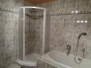 A bathroom at Ferienwohnung Roswitha