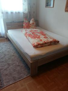 A bed or beds in a room at Ferienwohnung Roswitha