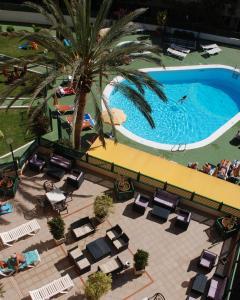 Uitzicht op het zwembad bij Apartamentos las Dunas of in de buurt