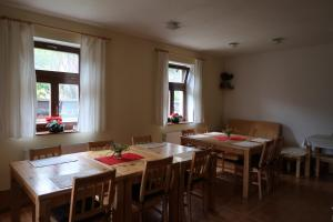 Reštaurácia alebo iné gastronomické zariadenie v ubytovaní Chalupa Salamandra