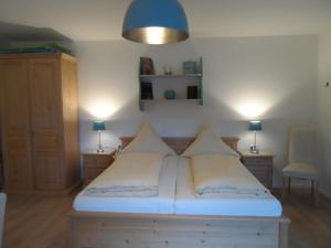 A bed or beds in a room at Pension am Kirschgarten