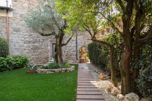 A garden outside B&B La Torre Medioevale