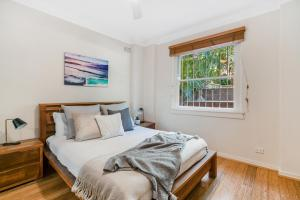 A bed or beds in a room at Bondi Beach Peach