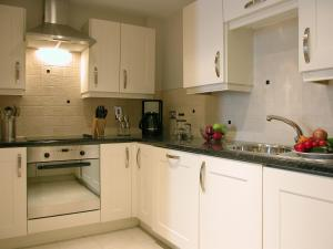 A kitchen or kitchenette at Liberty Wharf Apartments