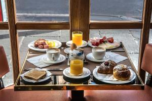 Breakfast options available to guests at Hotel Damaso