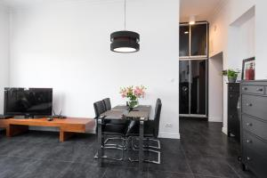 Telewizja i/lub zestaw kina domowego w obiekcie Black&White Apartment