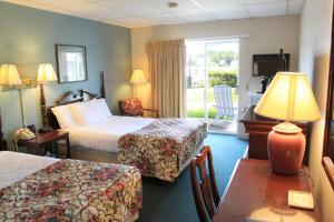 A bed or beds in a room at Boothbay Harbor Inn