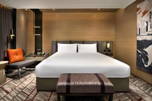 A bed or beds in a room at Swissotel The Stamford