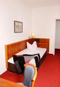 A bed or beds in a room at Brocki's Hotel Stadt Hamburg