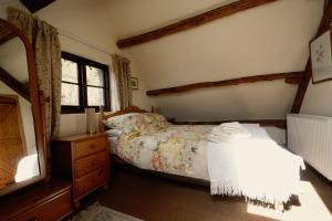 A bed or beds in a room at Barn Cottage