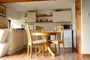 A kitchen or kitchenette at Barn Cottage